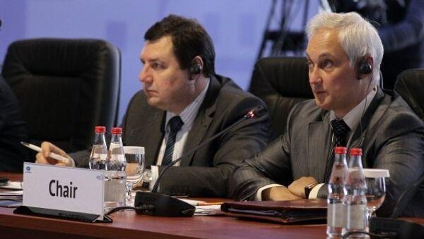 Председатель совещания министров торговли АТЭС - министр экономического развития РФ Андрей Белоусов (справа).