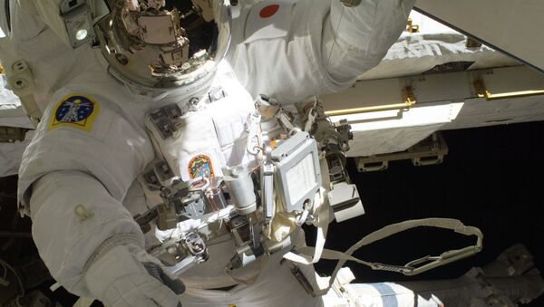 Астронавт Акихико Хошиде в открытом космосе