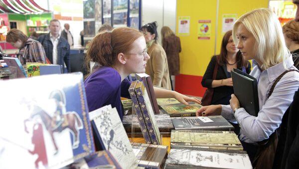 Посетители знакомятся с продукцией на 25-й московской международной книжной выставке-ярмарке в Москве. Архив