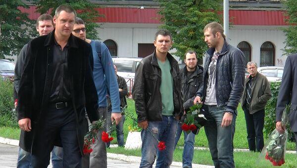Люди несут красные гвоздики к спорткомплексу, где прощаются с Овчинниковым