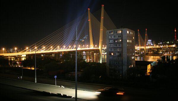 Вид на мост через бухту Золотой Рог во Владивостоке. Архивное фото