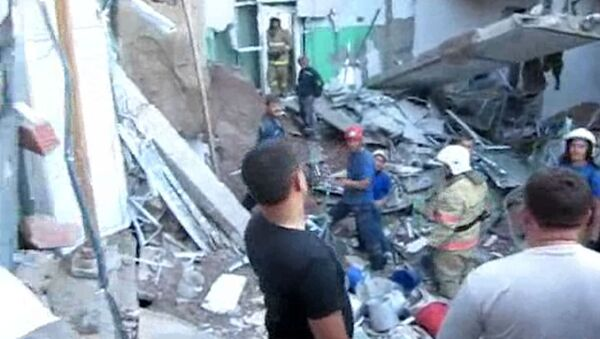 Спасатели работают на месте обрушения крыши пищеблока больницы на Кубани