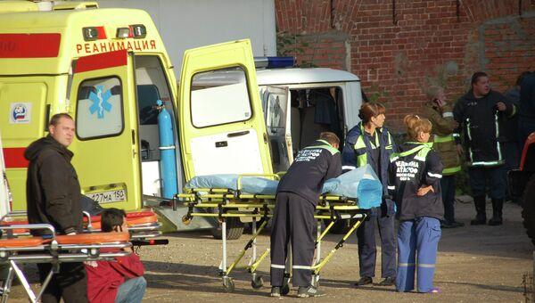 Врачи оказывают медицинскую помощь пострадавшим при пожаре на швейном предприятии в подмосковном Егорьевске