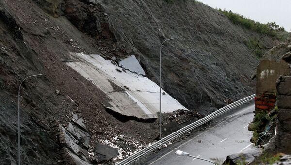 Часть трассы в Приморье обвалилась из-за оползня
