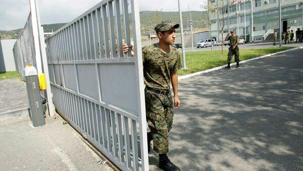 Охранник закрывает ворота городской тюрьмы в Тбилиси