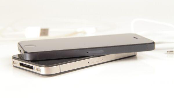 Вид сбоку - справа. iPhone 4s и iPhone 5(сверху)