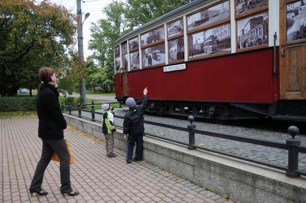 Холодный, цвета стали,  Суровый горизонт...  Трамвай идет