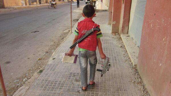 Ребенок на улице города Эль-Кусайр в провинции Хомс в Сирии