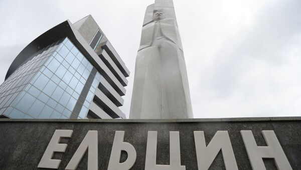 Оскверненный вандалами памятник Ельцину восстановлен в Екатеринбурге