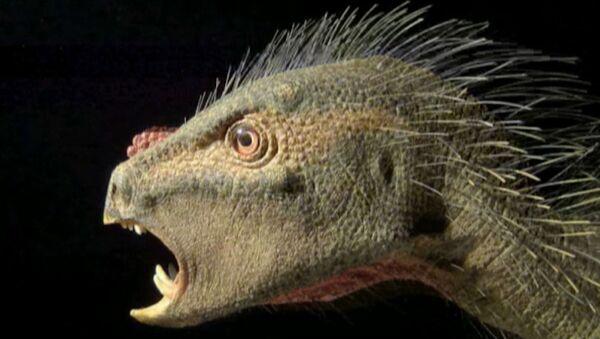 Оживленный учеными пернатый динозавр рычит и скалится