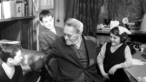 Поэт Самуил Маршак и дети
