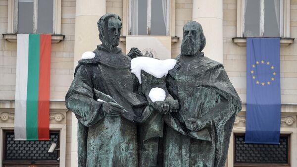Памятник Кириллу и Мефодию у здания Народной библиотеки в Софии
