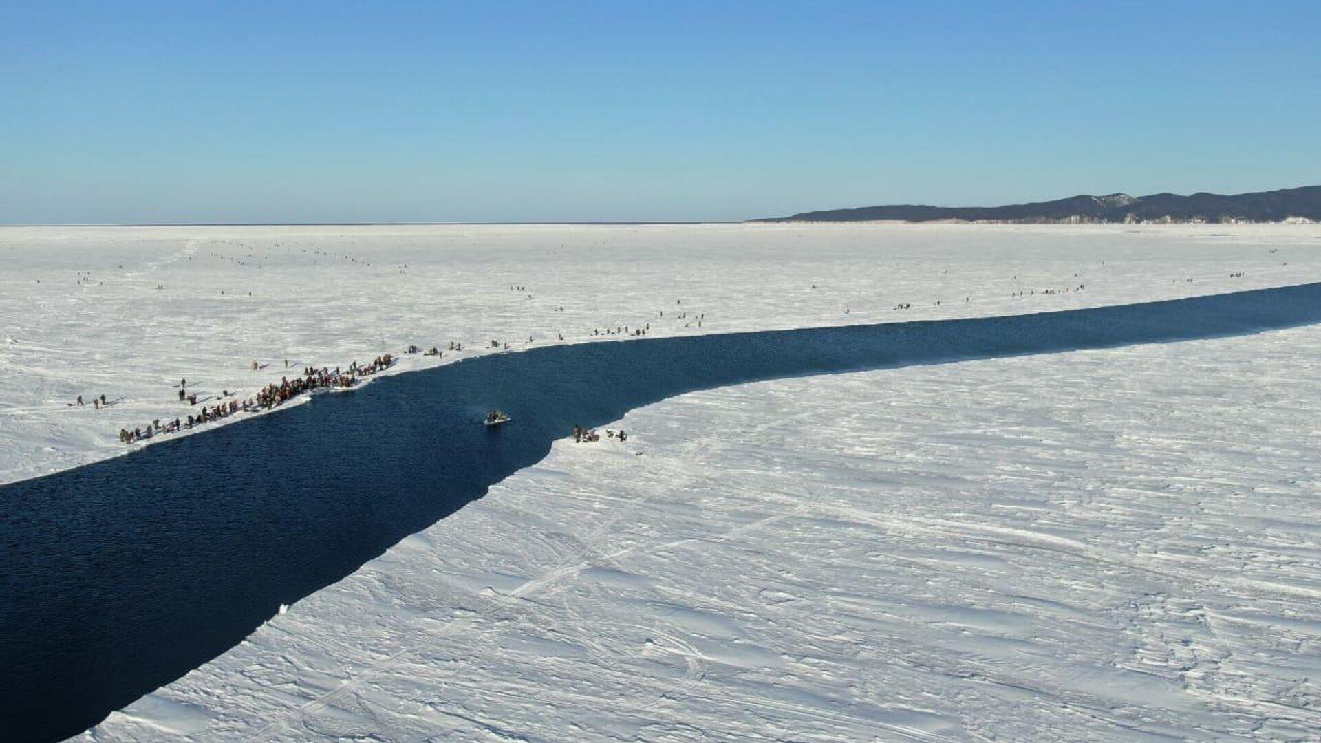 На Сахалине в Заливе Мордвинова с оторвавшейся льдины эвакуировали более 250 рыбаков из 600. 28 января 2020 - РИА Новости, 1920, 28.02.2021