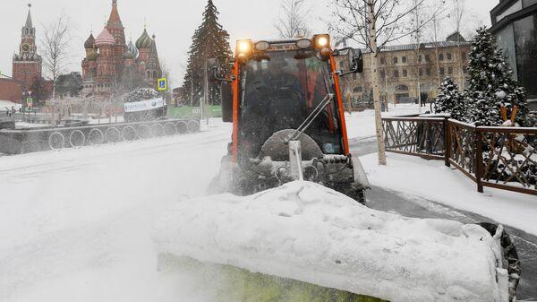 Снегоуборочная техника коммунальных служб во время уборки снега на территории природно-ландшафтного парка Зарядье в Москве