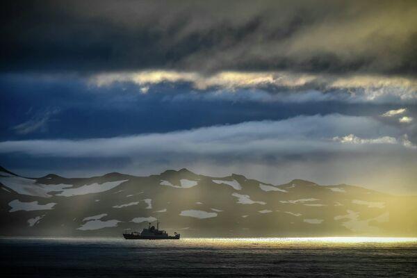 Встреча океанографического исследовательского судна Янтарь и исследовательского судна Балтийского флота Адмирал Владимирский у острова Кинг-Джордж