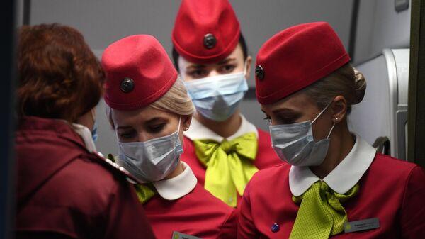 Бортпроводницы рейса авиакомпании S7, прибывшего из Пекина, в аэропорту Толмачево