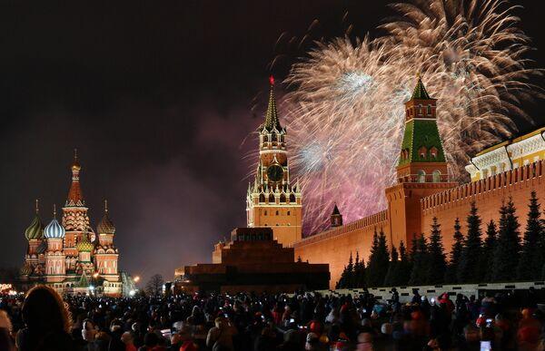 Новогодний салют над Красной площадью в Москве.