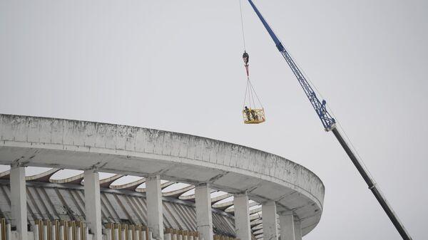 Рабочие в строительной люльке над зданием спортивно-концертного комплекса Петербургский, где произошло обрушение крыши