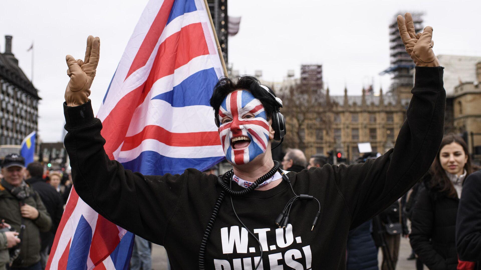Сторонник Brexit на торжественных мероприятиях, посвященных выходу Великобритании из ЕС (Brexit Party) на площади Парламента в Лондоне - РИА Новости, 1920, 23.12.2020