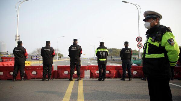 Сотрудники полиции на пропускном пункте в провинции Хубэй, КНР. 31 января 2020