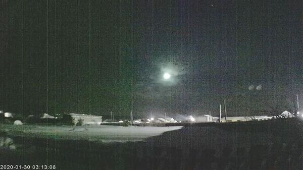 Падение метеора на Урале зафиксировали камеры наблюдения