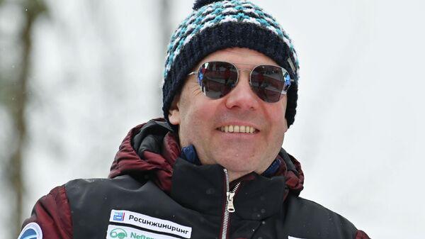 Заместитель председателя Совета безопасности РФ Дмитрий Медведев на зрительской трибуне во время соревнований этапа Кубка мира по горнолыжному спорту на горнолыжном курорте Роза Хутор в Сочи
