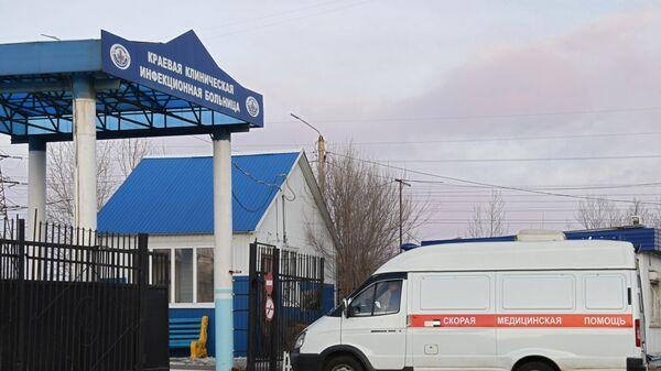 Машина скорой помощи заезжает на территорию Краевой клинической инфекционной больницы в Чите
