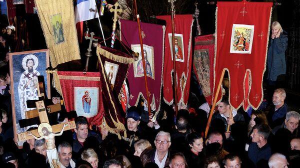 Сбор участников мирного шествия в защиту Сербской православной церкви возле храма Воскресенья Христова в Подгорице