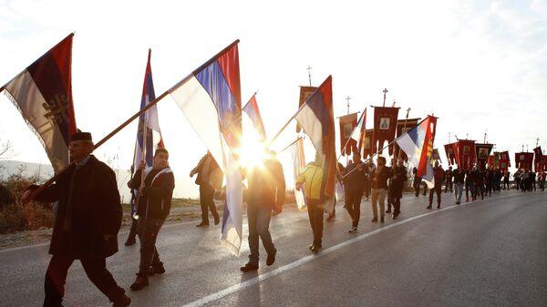 Участники мирного шествия в защиту Сербской православной церкви возле храма Воскресенья Христова в Подгорице