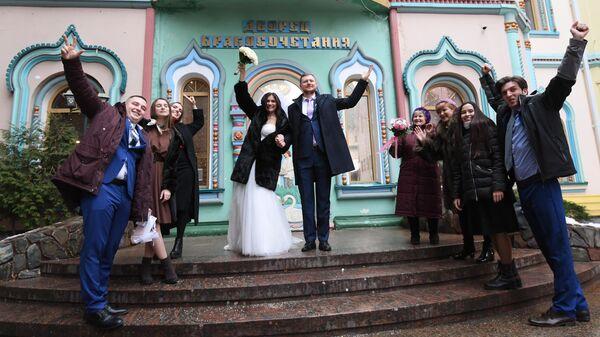 Молодожены и участники свадебной церемонии у Измайловского ЗАГСа