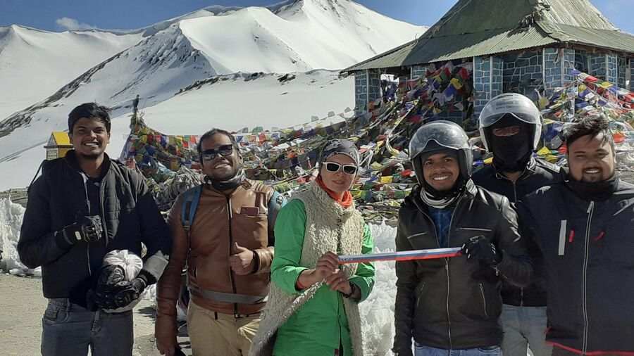 Индия. Ладакх. Перевал Таглунг. Индийские путешественники отдали мне канистру бензина, потому что у меня закончилось топливо в машине