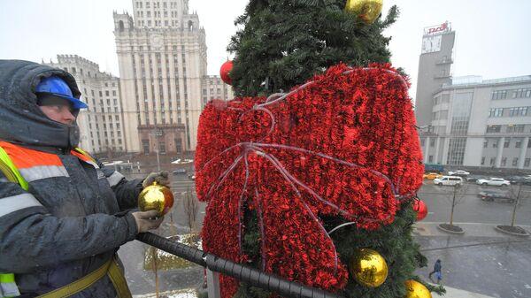 Демонтаж новогодних украшений в Москве