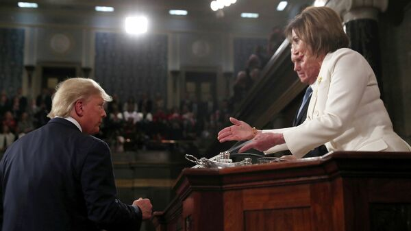 Президент США Дональда Трамп и спикер Палаты представителей США Нэнси Пелоси перед выступлением Дональда Трампа в конгрессе