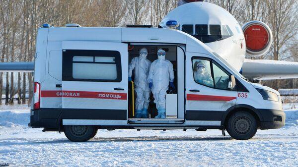 Медицинские работники во время учений по проведению медицинской эвакуации пациентов с симптомами коронавируса в Челябинске