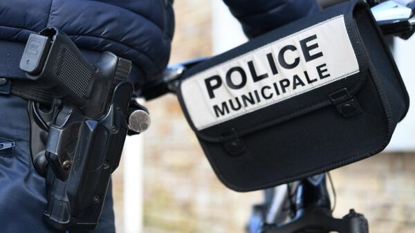 A municipal police officer wears a gun during as he patrols on February 4, 2020 in Gouesnou, western France. (Photo by Fred TANNEAU / AFP)