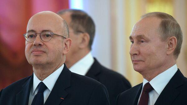 Президент РФ Владимир Путин и  полномочный посол Французской Республики Пьер Леви на церемонии вручения верительных грамот вновь прибывших послов иностранных государств