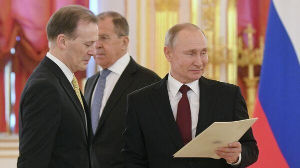 Президент РФ Владимир Путин и посол Австралии в России Грейм Михан на церемонии вручения верительных грамот вновь прибывших послов иностранных государств. 5 февраля 2020