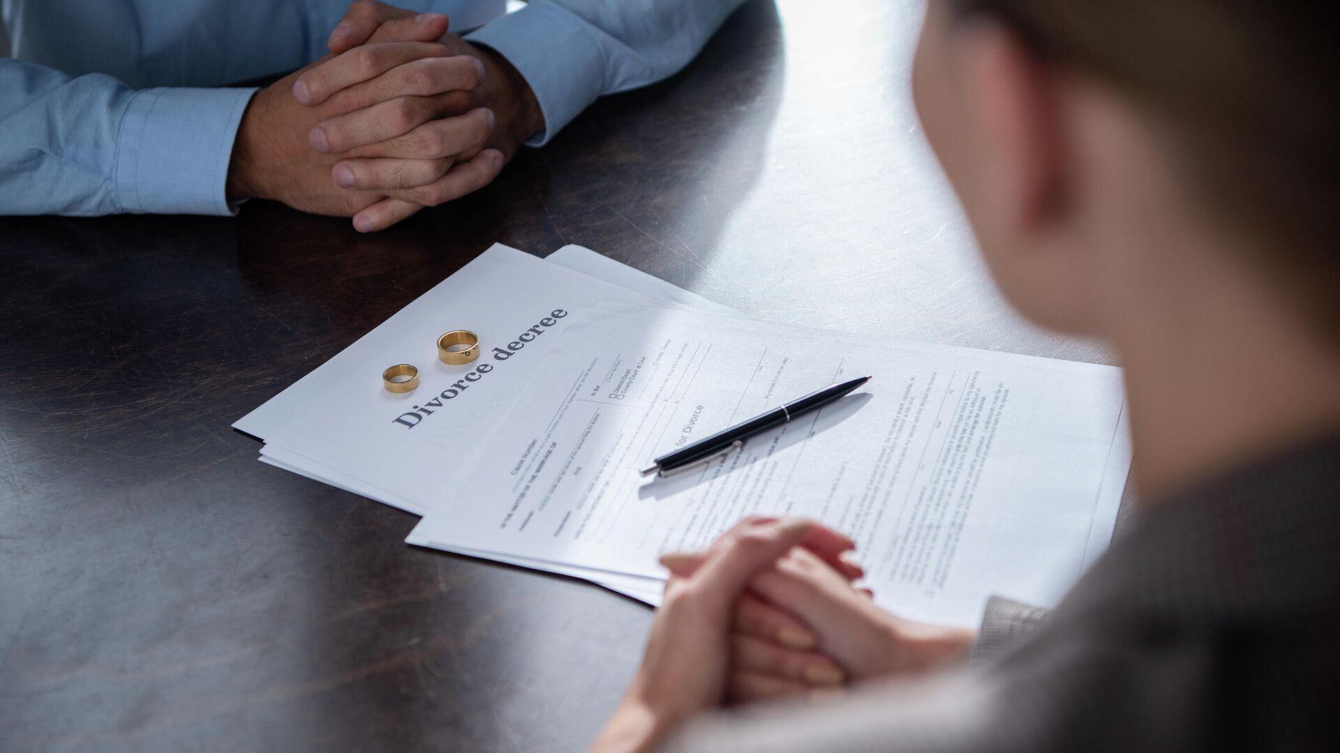Пара оформляет документы на развод - РИА Новости, 1920, 08.07.2020