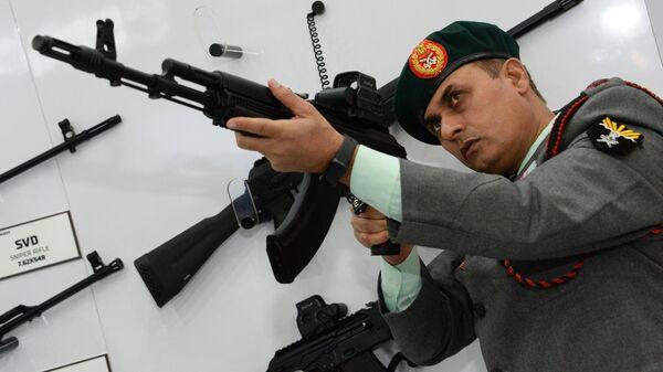 Посетитель у стенда концерна Калашников на 11-ой международной выставке оборонной промышленности Defexpo India 2020, открывшейся в городе Лакхнау, штат Уттар-Прадеш, Индия
