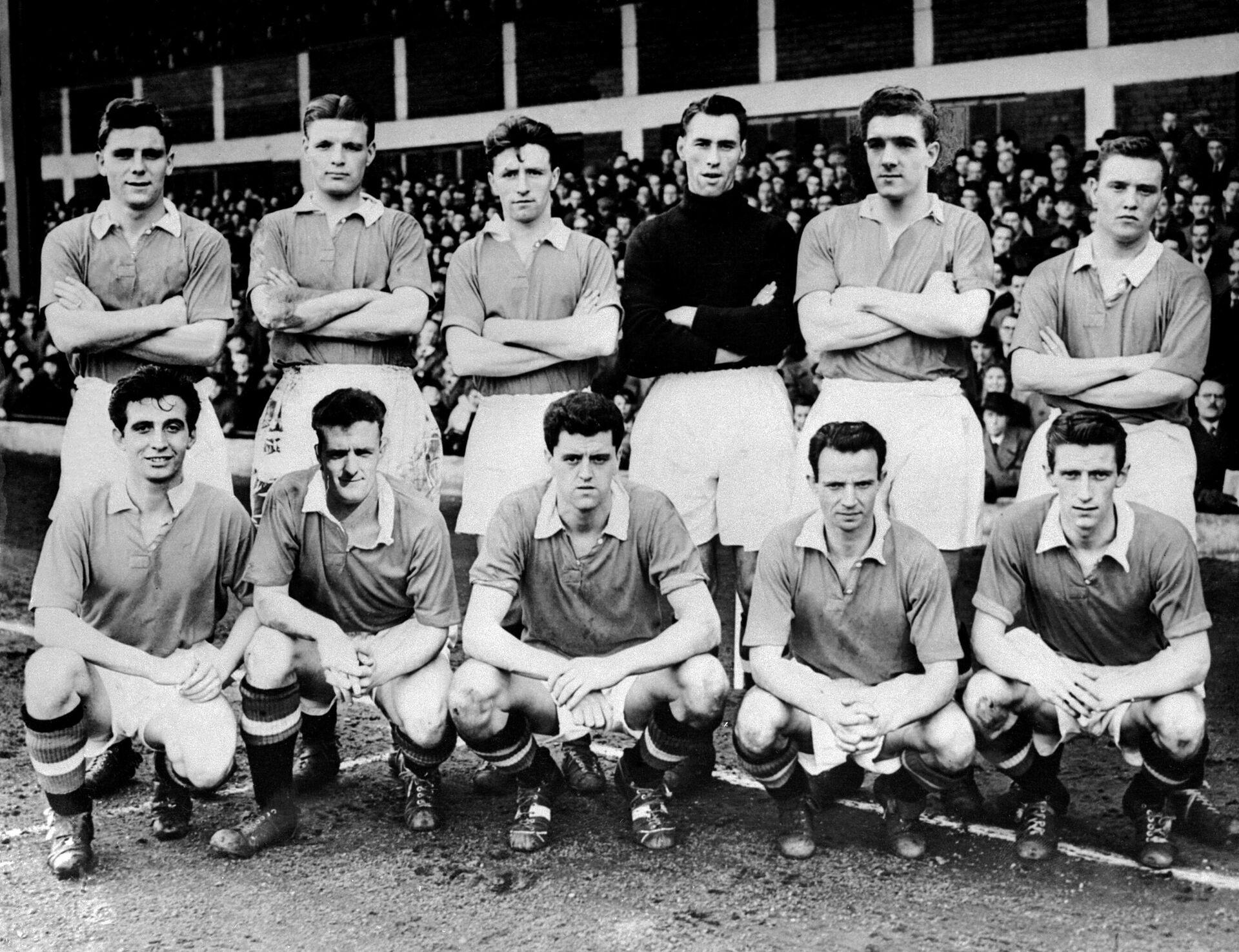 Футболисты Манчестер Юнайтед образца 1956 года:  верхий ряд слева направо: Деннис Вайолет, Джонни Берри, Томми Тэйлор (погиб), Лайам Уилан (погиб), Дэвиэ Пегг (погиб); нижний ряд слева направо: Эдди Колман (погиб), Уильям Фоулкс, Рэй Вуд, Роджер Берн (погиб), Мак Джонса (погиб) и Данкан Эдвардс (погиб) - РИА Новости, 1920, 06.02.2020