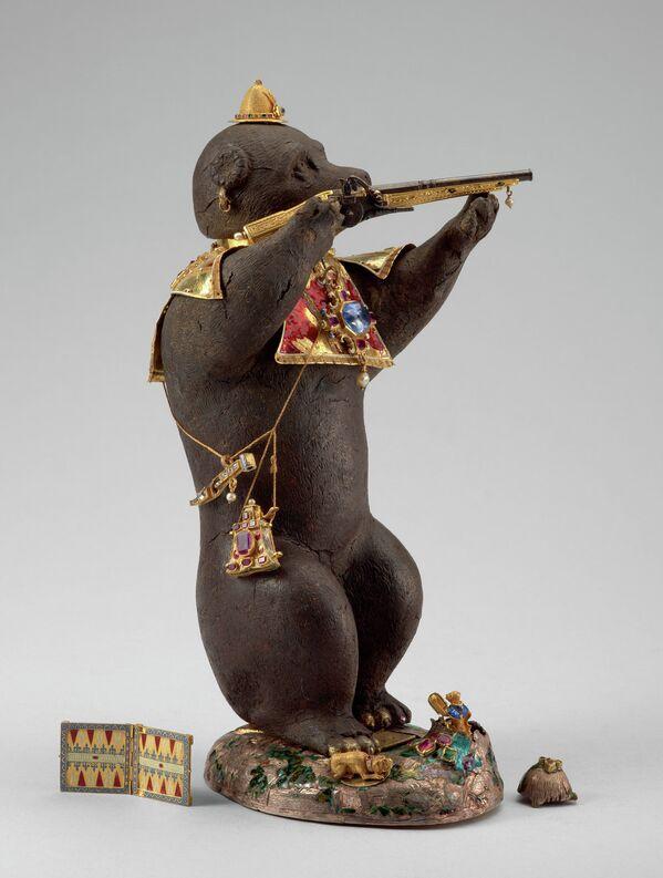 Статуэтка Медведь-охотник, украшенная изумрудами, рубинами, сапфирами и жемчугом. Около 1580-1581 годов. Аугсбург, Мюнхен.