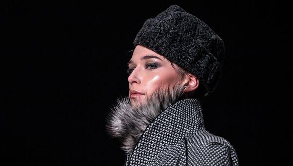 Модель демонстрирует одежду из коллекции модельера Николая Красников