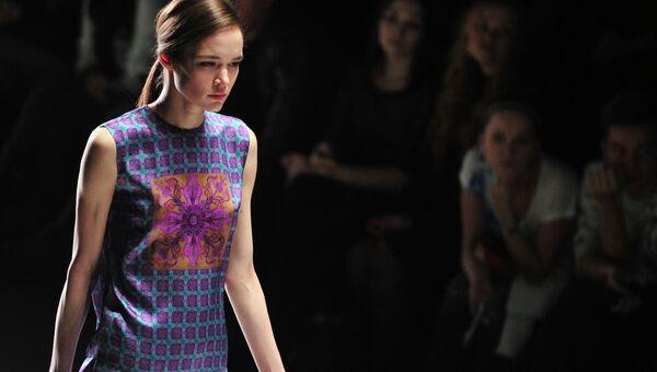 Модель демонстрирует одежду из коллекции дизайнера Тимура Кима в рамках недели моды Mercedes-Benz Fashion Week Russia