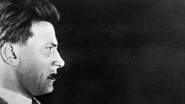 Поэт Владимир Владимирович Маяковский (1893-1930) на трибуне