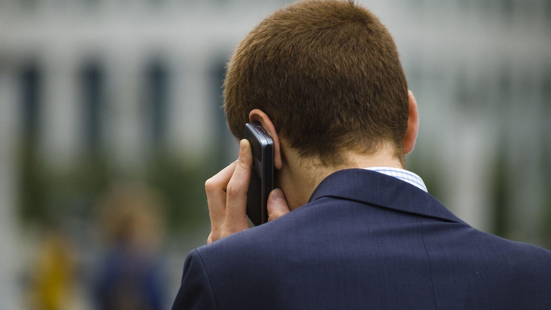 Человек разговаривает по телефону  - РИА Новости, 1920, 15.01.2021