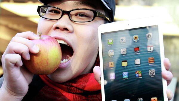 Один из первых покупателей iPad mini в Токио