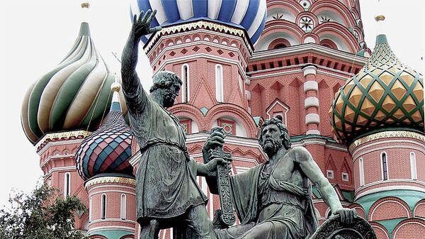 Памятник Минину и Пожарскому на фоне Собора Василия Блаженного. Архив