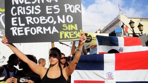 Участница демонстрации против налоговой реформы в Доминикане