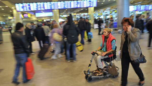 Пассажиры в аэропорту Домодедово. Архивное фото