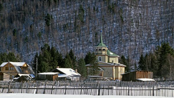Вид на церковь в поселке Листвянка